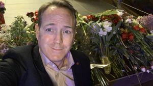 Черный юмор или сердечная благодарность? Болельщики в Риге принесли цветы к посольству Канады после победы на ЧМ