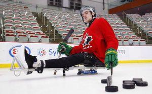 Парализованный хоккеист выиграл спор и вернулся на лед. Его отцу придется примерить женское платье