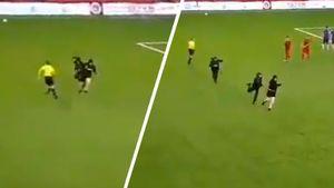 В матче второго российского дивизиона болельщик проник на поле и пытался атаковать судью