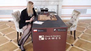 Польская шашистка Садовская из солидарности убрала свой флаг со стола во время матча с россиянкой Тансыккужиной
