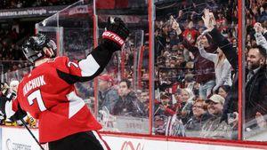 19-летний форвард забил топ-клубу на глазах у отца. Трогательное видео из НХЛ