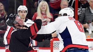 Уложил дерзкого юношу ударом в челюсть. Вспоминаем знаменитую драку русских звезд НХЛ Овечкина и Свечникова