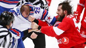 Избиение чемпиона ОИ, носилки на льду, смех министра обороны. Огненные фото мясорубки в Москве
