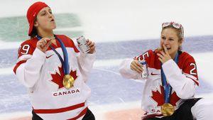 Пьяный скандал на Олимпиаде. После победы в финале канадки пили шампанское и курили сигары прямо на льду