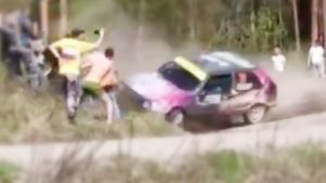На ралли в Ленобласти автомобиль едва не влетел в толпу зрителей: видео аварии