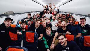 «Ак Барс» после победы над «Торпедо» выложил фото из самолета с переделанной фразой проститутки из фильма «Брат-2»