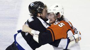 Уложил канадца одной рукой. Русский защитник Марков заборол соперника в плей-офф НХЛ, несмотря на серьезную травму