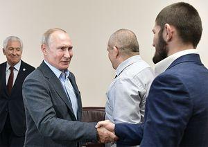 Путин встретился сХабибом иоценил его удушающий прием: «Сдвух сторон зажимал, как положено»