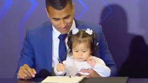 Милота дня. Дочь новичка «Барселоны» расписалась в контракте папы