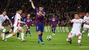 Форвард «Барселоны» Суарес забил лучший гол вкарьере, перебросив вратаря ударом пяткой: видео