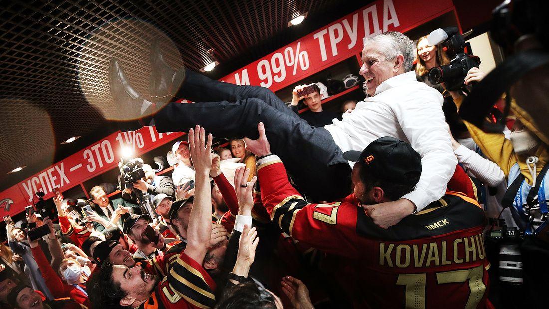 Эмоциональная реакция Авангарда на первый Кубок Гагарина: море шампанского, победные пляски, счастье Ковальчука