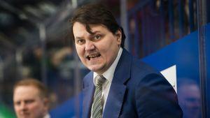 Тренер-переводчик вот-вот выкинет лучший клуб КХЛ сВостока. Его весь сезон требовали уволить