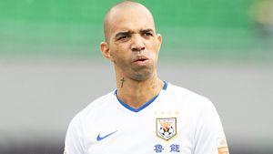 Футболиста дисквалифицировали започесывание головы вовремя гимна Китая. Раньше ониграл за«Анжи»