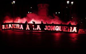 «ПСЖ» осудил оскорбительный баннер фанатов в адрес Шакиры перед игрой с «Барселоной»