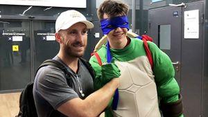 Новичка «Торпедо» Шредера в аэропорту встретил человек в костюме черепашки-ниндзя