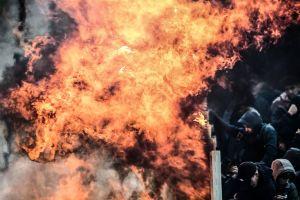 Фанаты АЕКа чуть не сожгли приехавших болельщиков «Аякса». Что происходило в европейских матчах ЛЧ