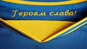 «А зиговать футболисты должны?» Украинские клубы обязали нанести на форму лозунг «Героям слава»: как реагируют люди