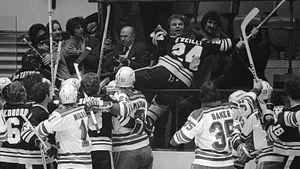 Самая скандальная драка в истории НХЛ! Хоккеисты избили болельщика на трибуне после матча «Рейнджерс» — «Бостон»