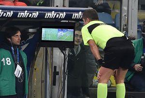 Арбитр удалил игрока задве желтые карточки, посмотрел VAR, вернул его израздевалки ивыдал красную