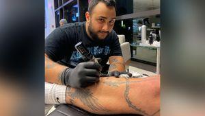 Блогер Джейк Пол сделал тату с изображением украденной у Мейвезера кепки