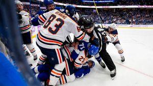 Бандитский поступок форварда из НХЛ. Он охотился за соперником, сокрушил его и стал бить лежачего