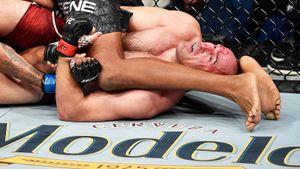 42-летний Олейник заставил сдаться двухметрового соперника. Онпроиграл 2 боя вUFC, новернулся