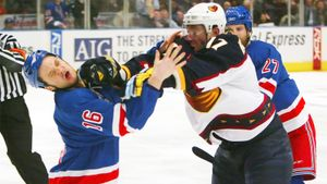 Знаменитая драка русского хоккеиста Ковальчука. Он разбил лицо канадцу, наказав его за провокации: видео из 2007-го