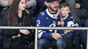 Хоккеист «Динамо» Яшкин обрезал свою клюшку для сына Овечкина: видео