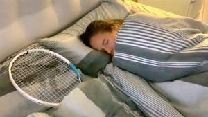 Касаткина сняла ролик ожизни сракеткой вовремя карантина. Теннисистка чистит сней зубы, кушает иотдыхает