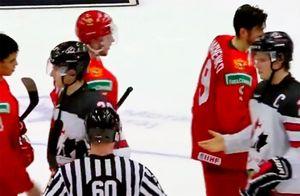 Русские хоккеисты отказались жать руку капитану канадцев наМЧМ. Оннеснял шлем вовремя гимна РФ