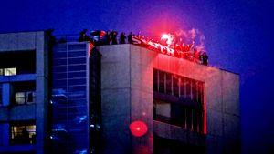 Назло карантину: фанатов «Порту» не пускают на стадион, но они залезли на крышу рядом и устроили пиро-шоу