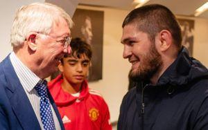 «Надеюсь, Криштиану не будет возражать». Хабиб сгонял на матч «МЮ», увиделся с легендой клуба и получил подарок