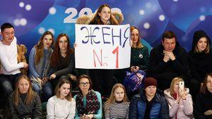 Фанаты угрожали охране, сыпали розами и громко шумели. Как Медведева выступала в Новгороде