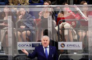Спартаковские красотки окружали тренера «Динамо», фаната красно-белых вывели стрибун. Фото дерби