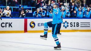 Куча голов, четыре камбэка и жесткий удар в челюсть. Середняки КХЛ выдали чумовой матч в Сибири