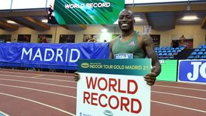 Американец Холлоуэй побил мировой рекорд в беге на 60 м с барьерами