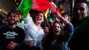 Болельщица Италии обнажила грудь и проехала с флагом, толпы вышли на улицы. Видео: как Италия отмечала золото Евро