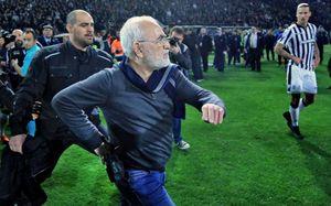 Российский владелец греческого клуба выбежал на поле с оружием. И судья засчитал гол