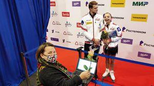 Фигуристы дарили журналистам цветы, Дудаков целовал чехлы Трусовой. Яркие наблюдения из Челябинска