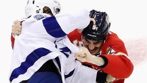 Жесткая драка русского хоккеиста в НХЛ. Сергачев мстил американцу Бойлу за грязный удар между ног: видео