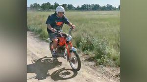 Панарин прокатился на мопеде «Карпаты» по сельской местности: видео