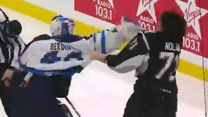 Русский вратарь подрался ститулованным канадцем. Вбою сучастием Бердина пострадал даже судья