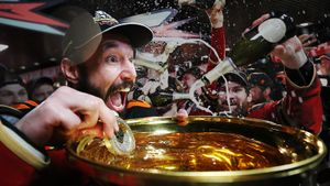 Что творилось в раздевалке «Авангарда»: игроки обливались шампанским и купали медали, Ковальчук лично поил Хартли
