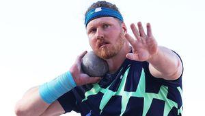 Двухметровый американец побил мировой рекорд, державшийся более 30 лет. Краузер отмечал уже во время полета ядра