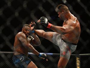 Американский боец UFC Харрис вышел драться впервые после смерти падчерицы. Его нокаутировали во 2-м раунде