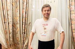 Губерниев накарантине спел песню «Лицея» исыграл на«ударных», использовав кастрюлю истатуэтку ТЭФИ: видео