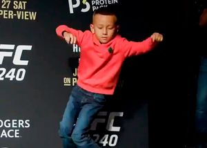 Сын бойца UFC Холлоуэя станцевал натренировке перед чемпионским поединком отца
