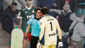 Камано запрыгнул на руки Смолову, Гильерме кричал на судью, фанаты дрались. «Локо» — «Спартак»: фото