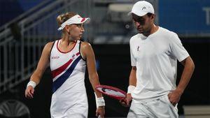 Веснина и Карацев вышли в полуфинал теннисного турнира в миксте на Олимпиаде в Токио