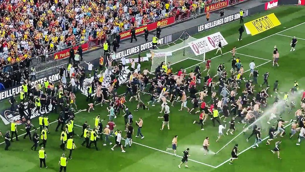 Скандал во Франции: фанаты выбежали на поле и устроили массовую драку на матче. Что пошло не так
